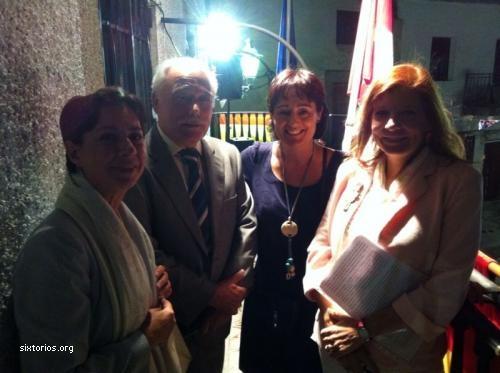 María Jesús Ríos y Susana Ramos con el alcade y miembros de la corporación municipal